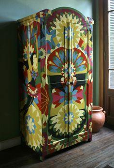 FLOWER PARK, pintura sobre un mueble, de Lucas Risé.