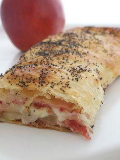 Strudel speck asiago e mele - la mia variante speck e zucchine Strudel, Wine Recipes, Cooking Recipes, Salad Cake, Buffet, Food Humor, Antipasto, Quiches, Creative Food