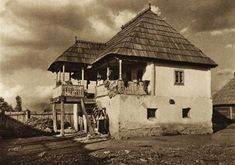 Romania old photos traditional romanian houses rural Vernacular Architecture, Art And Architecture, Old Pictures, Old Photos, Romania People, Rural House, Hip Roof, European House, Modern Landscaping