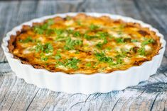 Tærte med hakket oksekød og feta Feta, Greek Recipes, Lchf, Quiche, Brunch, Bacon, Recipies, Lunch Box, Good Food