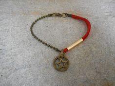 bracelet en daim rouge et étoile bronze : Bracelet par elisabijoux