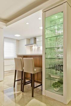 Cristaleira: Cozinhas embutidas por Ana Crivellaro