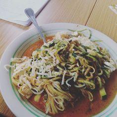 Endlich Mittagessen! :) Es gab endlich mal wieder #zucchini #noodles bei mir :) ...und dazu auch noch #lowcarb und #mega #leckerschmecker by froilein.rot.kopf