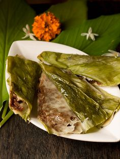 What are Patoleo recipe? they are sweet turmeric cakes which are steamed, wrapped in turmeric leaves, coated with rice and stuffed with coconut. Jaggery Recipes, Goan Recipes, Indian Food Recipes, Goan Food, Samosas, Fish Curry, Indian Dishes, Sweet And Spicy, Pressure Cooking