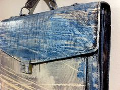 """Valigetta da lavoro stravagante e unica, realizzata completamente a mano con pelle genuina da Karmas Design e dipinta dall'artista secondo le opere scelti dai clienti. Una """"chicca"""" di www.mirabiliashop.com"""