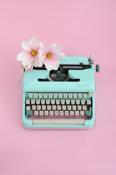 Home decor retro Aesthetic Iphone Wallpaper, Aesthetic Wallpapers, Vintage Typewriter For Sale, Mint Green Aesthetic, Pastel Home Decor, Tout Rose, Pastel House, Retro Mode, Funny Wallpapers