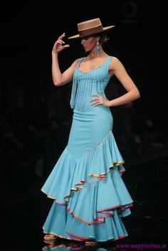 Just a few big frills, but interesting placement and I love the way they are finished in contrasting colour bias Flamenco Costume, Flamenco Dancers, Flamenco Dresses, Cute Dresses, Beautiful Dresses, Spanish Dress, Spanish Style, Mode Top, Spanish Fashion