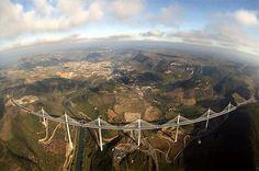 Espectacular vista del Viaducto de Millau, en Aveyron, Francia: http://t.co/XtsY6Rcthj
