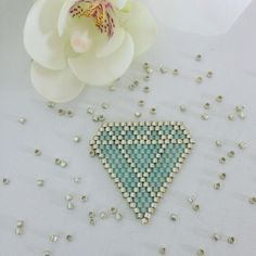 """124 Beğenme, 6 Yorum - Instagram'da Kim  (@mademoisellekim1): """"Nouveau motif diamant géométrique en brick stitch ✨✨ future broche ou collier ??? #flow29jours…"""""""