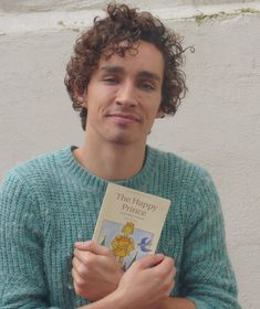 "Listening to Robert read ""The Happy Prince"" is one of my favorite things. That voice. Robert Sheehan, Gorgeous Eyes, Beautiful Person, Oscar Wilde Tattoo, The Happy Prince, Pretty People, Celebrities, Celebs, Heart"