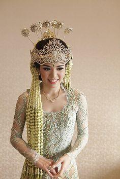 Pernikahan Adat Sunda yang Berkesan ala Putri dan Harriman - _MG_0275 Kebaya Wedding, Wedding Hijab, Wedding Attire, Wedding Bride, Wedding Makeup, Traditional Fashion, Traditional Wedding, Traditional Outfits, Javanese Wedding
