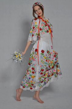 Hungarian Embroidery Ideas Oh wow! I've been imagining this 'If I had a wedding dress it would be covered in embroidery' and look what I found. Hungarian Embroidery, Folk Embroidery, Embroidery Dress, Embroidery Patterns, Folklore, Folk Fashion, Womens Fashion, Floral Fashion, Mexican Dresses