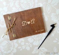 Libro de firmas para boda realizado en madera y pintado a mano. www.arorua.es