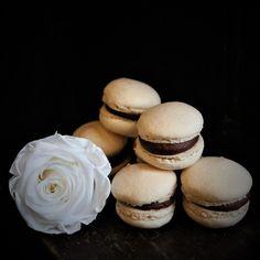 #sweets #macarons #candybar #flowers #gifts #madewithjoy #paulamoldovan #livadacuvisini #cadouri #dulciuri #flori #bucuresti Macarons, Sweets, Cookies, Flowers, Desserts, Gifts, Food, Crack Crackers, Tailgate Desserts