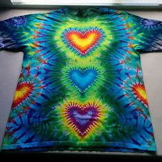 Appealing love this looks like it glows tie dye dip ombre pict for kids shirt inspiration and shoes style Tie Dye Tips, How To Tie Dye, Textiles, Diy Tie Dye Designs, Diy Tie Dye Shirts, Tie Dye Party, Diy Cadeau, Tie Dye Crafts, Tie Dye Techniques