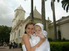 Ori con su madrina de puerta de Iglesia