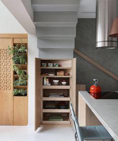 Ambientes pequenos requerem soluções criativas! Neste loft, criamos a marcenaria da cozinha embaixo da escada para aproveitar ao máximo cada espaço vazio. Projeto Loft Vila Olimpia. #melinaromanointeriores #loft #marcenaria #projetoresidencial #interiordesign #interiors #interiores #architecture #archilovers #arquitetura #arquiteturadeinteriores #cozinha #kitchen foto: @mariana_orsi