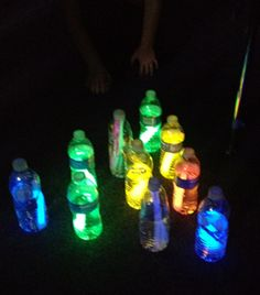 Glow in the dark bowling! glow sticks in water bottles. Fete Marie, Projects For Kids, Crafts For Kids, Glow Party, Glow Sticks, Fiesta Party, Pajama Party, Summer Parties, Holidays And Events