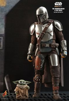 Star Wars - The Mandalorian: Mandalorian and Child - Deluxe, Deluxe-Figur (voll beweglich), Hot Toys Mandalorian Costume, Mandalorian Armor, Star Wars Figurines, Star Wars Toys, Star Wars Painting, Pistol Holster, Star Wars Merchandise, Shoulder Armor, Star Wars Collection