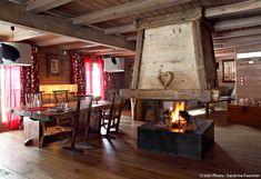 Table en acacia et cheminée centrale.