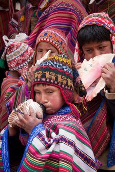 Niños cusqueños tocando instrumentos andinos preincas
