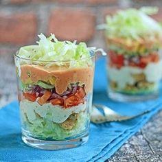 Pyszna warstwowa sałatka z kurczakiem oraz świeżymi warzywami.