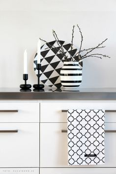 Elce Stockholm kitchentowels, Omaggio vase Kähler, Nappula candlesticks Iittala, Plattan tray Formverket - www. Interior Design Vignette, Interior Styling, Black And White Interior, Black White, Black Decor, Home Living, Kitchen Styling, Vase, Home Textile