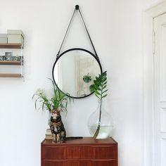 """""""Spieglein, Spieglein an der Wand, wer ist der schönste Kater im ganzen Land?"""" Ähhhh ja hmmm, du bist natürlich wunderschön, Pablito. Aber der Emil ist ja auch nicht von schlechten Eltern...   Falls jemand einen neuen Spiegel für seine selbstverliebten Katzen braucht, findet den hier aktuell bei @westwingde im Sale. #linkinbio #hierwohnenaniundemil #pablothemeowdel #mywestwingstyle #ad • • • • #livingroom #livingroominspo #livingroomideas #livingroomdecor #livingroomdesign #danishdesign…"""