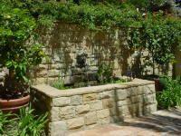 Fountain as a bench Small Tropical Gardens, Tropical Garden Design, Landscaping With Fountains, Stone Landscaping, Stone Fountains, Water Fountains, Water Fountain Design, Backyard Water Feature, Water Walls