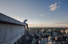 The Toronto-based photographer, Tom Ryaboi, manages to trek to the top of vertigo-inducing towers with a team of like-minded friends and snap beautiful shots of them against the amazing cityscape. Temporary Architecture, Art And Architecture, Toronto Pictures, City From Above, Modern Metropolis, Installation Art, Seattle Skyline, A Team, World