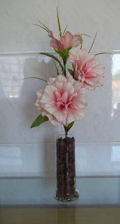 Arranjo de flores em eva (Begônia) com vaso de vidro.