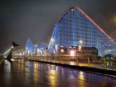 Lubisz parki rozrywki? Na pewno tak! Jeśli jednak marzy ci się naprawdę wspaniała, niezapomniana do końca życia zabawa, to musisz odwiedzić największe parki rozrywki na świecie, czyli te w USA, Niemczech, Holandii czy Danii. Zapoznaj się z naszym małym przewodnikiem po tych miejscach, wybierz to, które wydaje ci się najbardziej kuszące, a potem już tylko spakuj walizki i w drogę! Blackpool Hotels, Beautiful Vacation Spots, Beautiful Places To Travel, Vacation Places, Vacation Trips, Champs, Fastest Roller Coaster, Blackpool Pleasure Beach, England