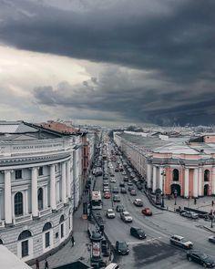 Слева Российская Национальная Библиотека, одна из первых публичных библиотек в Восточной Европе, расположена в Санкт-Петербурге. Справа Большой Гостиный двор -  памятник истории и архитектуры XVIII века. Прямо - Садовая улица, одна из центральных улиц Санкт-Петербурга.