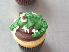 Alligator Cupcakes. I will be making this for that new gator boys season!!!!!