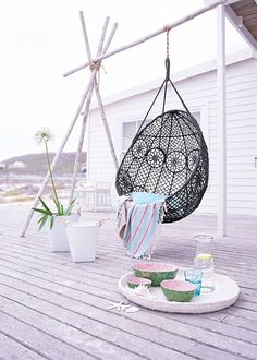 De hangende stoel: uitermate genieten in de tuin of op je balkon. Op Thestylebox vind je inspiratie voor bij jou thuis! #haning #chair #garden