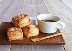 とっても簡単! ホットケーキミックスでサックリ腹割れ「クイックスコーン」を作ります! 「ハッピー・ウィークエンド・レシピ」は、時短&カンタンアイデアいっぱい! 週末の朝をほんのひと手間でステキに彩るレシピ集です♪ Sweets Recipes, My Recipes, Cooking Recipes, Desserts, A Food, Food And Drink, Small Tray, Recipe Notes, Coffee Time