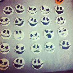 Fondant Jack Skellington heads ! Cupcake toppers! Awesome fondant design :) Halloween fondant cupcake toppers