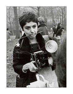 """""""Eu acredito que há coisas que ninguém veria se eu não as fotografasse"""" Diane Arbus. """"O que eu nunca vi antes é o que reconheço."""" Com esta frase, a fotógrafa Diane Arbus define o caminho que escolheu trilhar como artista e fotógrafa. A singularidade de seus retratos e a marca por ela deixada na história da fotografia americana se dá tanto em razão das pessoas que escolhia fotografar quanto por seu intenso interesse por elas."""