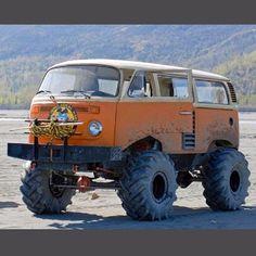 V W Monster truck! Volkswagen Bus, Vw T1 Camper, Volkswagen Germany, 4x4 Trucks, Cool Trucks, Cool Cars, Van 4x4, Wolkswagen Van, Vw California T6