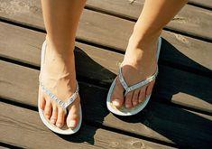 A műanyag, pláne zárt cipőkben nem tud szellőzni a lábad, így nem csoda, ha az izzadságszag áthatóvá válik. Ügyelj a cipőválasztásra és arra, hogy még csak véletlenül se húzz műszálas zoknit.