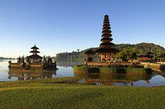 El templo Ulun Danu, junto al lago Bratan, en Bali.
