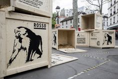 To publicize the reopening of the Paris zoo, ad agency ubi bene deposited open animal crates around Paris. Street Marketing, Guerilla Marketing, Creative Advertising, Marketing And Advertising, Advertising Campaign, Street Installation, Best Street Art, Best Ads, Exhibition Booth