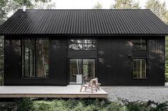 🌟Tante S!fr@ loves this📌🌟black house, modern cabin Black Cladding, Wood Cladding, Black House Exterior, Dark House, Dark Siding House, Black Barn, Black Metal, Exterior Design, Tiny House