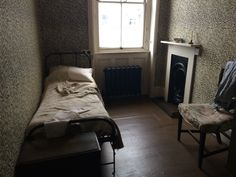 One of the servant's rooms at 18 Stafford Terrace, London renovation Victorian 1920s Bedroom, Victorian Bedroom, Cozy Bedroom, Bedroom Decor, Victorian Maid, Victorian Homes, Victorian London, Victorian Terrace Interior, Colonial