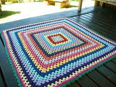 Tapete+quadrado+feito+em+barbante+colorido.+Peça+única.+Ótimo+acabamento. R$300,00
