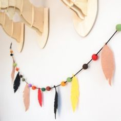Add a little tribal to your nursery or party with this DIY felt feathered garland/bunting. Easy to make and looks fantastic.