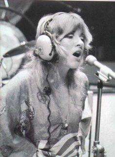 Stevie Nicks singing in the recording studio, during the recording of the eponymous album 'Fleetwood Mac'. Lindsey Buckingham, Buckingham Nicks, Stephanie Lynn, Stevie Nicks Fleetwood Mac, Look Vintage, Recording Studio, Christen, Her Music, Rolling Stones