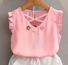 V-neck and ruffled blouse in the cava - DIY- marlene mukai - children's mold Baby Girl Fashion, Kids Fashion, Toddler Girl Dresses, Girls Dresses, Girl Dress Patterns, Girls Wear, Kind Mode, Baby Dress, Kids Outfits