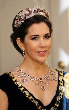 Matchy-Matchy works sometimes - what a royal ruby great this is on HRH Princess Mary of Denmark. It's the Ruby Parure Tiara that Queen Ingrid left to Crown Prince Frederik. Royal Crowns, Royal Tiaras, Tiaras And Crowns, Princesa Mary, Mary Donaldson, Queen Margrethe Ii, Danish Royal Family, Royal Jewelry, Crown Princess Mary