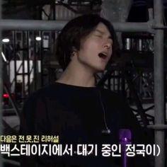 Jungkook Abs, Bts Aegyo, Jungkook Funny, Foto Jungkook, Bts Taehyung, Crazy Funny Videos, Bts Funny Videos, Bts Concept Photo, Bts Reactions